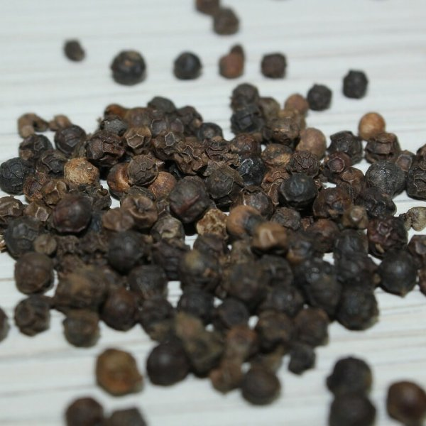 Granos de pimienta negra sobre mesa