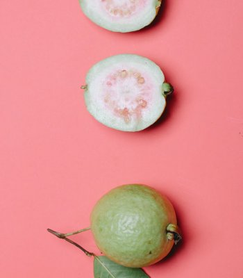 Guayabas en fondo rosa